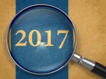 Konzept 2017 durch Vergrößerungsglas Stockbild