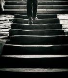 Konzept: eine Person geht durch die Treppe zur Außenseite weg Lizenzfreie Stockbilder