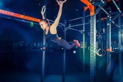 Konzept: Energie, Stärke, gesunder Lebensstil, Sport Starke attraktive muskulöse Frau an CrossFit-Turnhalle lizenzfreie stockfotografie