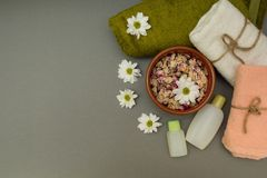 Konzept für Badekuren mit Blumen und Tüchern lizenzfreies stockbild