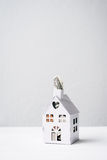 Konzept für die Rettung für ein Haus, Minihaus mit $1 heraus stoßend Stockfoto