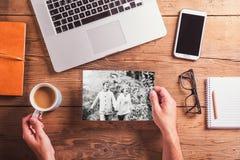 Konzept für Geschäft und Buchhaltung Gegenstände und Schwarzweiss-Foto von älteren Paaren Stockfotografie
