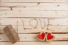 Konzept für Liebesgeschichten und für Valentinstag Die Schnur, die Aufschriften von ihr und handgemachte Pappherzen auf einem nat lizenzfreies stockbild