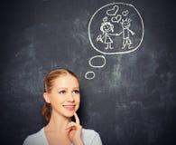 Konzept. Frau träumt über Liebes- und Heiratzeichnung auf einer Kreide Stockfoto