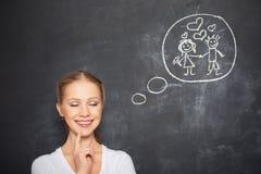 Konzept. Frau träumt über Liebes- und Heiratzeichnung auf einer Kreide Stockfotos
