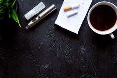 Konzept - Gefahren des Rauchens und der Draufsicht der elektronischen Zigarette lizenzfreies stockfoto