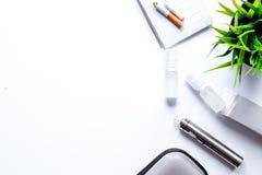 Konzept - Gefahren des Rauchens und der Draufsicht der elektronischen Zigarette lizenzfreie stockbilder