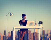 Konzept Geschäftsfrau-Working Outdoor News York lizenzfreie stockbilder