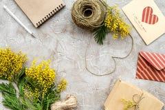 Konzept-internationaler Frauen-Tag mit Draufsicht des Blumensteinhintergrundes Stockfoto