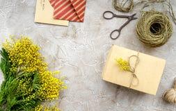 Konzept-internationaler Frauen-Tag mit Draufsicht des Blumensteinhintergrundes Stockbilder