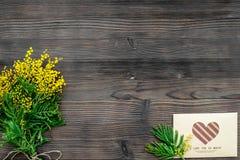 Konzept-internationaler Frauen-Tag mit Draufsicht des hölzernen Hintergrundes der Blumen Lizenzfreie Stockbilder