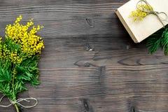 Konzept-internationaler Frauen-Tag mit Draufsicht des hölzernen Hintergrundes der Blumen Lizenzfreies Stockbild