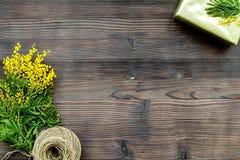 Konzept-internationaler Frauen-Tag mit Draufsicht des hölzernen Hintergrundes der Blumen Lizenzfreie Stockfotos