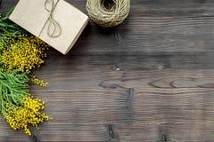 Konzept-internationaler Frauen-Tag mit Draufsicht des hölzernen Hintergrundes der Blumen Stockfoto