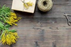 Konzept-internationaler Frauen-Tag mit Draufsicht des hölzernen Hintergrundes der Blumen Stockbilder