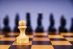 Konzept mit Schachfiguren auf einem hölzernen Schachbrett Stockfotos