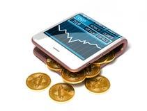 Konzept rosa des Digital Geldbörse und Bitcoins auf weißem Hintergrund Stockfoto