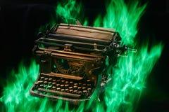 Konzept schoss von der antiken manuellen Schreibmaschine mit dem Papier, das auf schwarzem Hintergrund, selektiver Fokus brennt Lizenzfreie Stockfotografie
