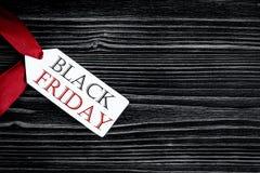 Konzept schwarzer Freitag auf Draufsicht des dunklen hölzernen Hintergrundes Lizenzfreie Stockbilder