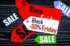 Konzept schwarzer Freitag auf Draufsicht des dunklen hölzernen Hintergrundes Lizenzfreie Stockfotos