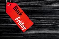Konzept schwarzer Freitag auf Draufsicht des dunklen hölzernen Hintergrundes Stockbilder