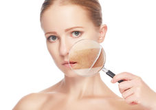 Konzept skincare Haut der jungen Frau der Schönheit mit Vergrößerungsglas vor und nach dem Verfahren lizenzfreies stockfoto