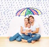 Konzept: soziale Sicherheit der Familie Familie suchte vom Elend und vom Regen unter Regenschirm Zuflucht