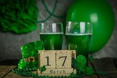Konzept St. Patricks Tages- grünes Bier und Symbole lizenzfreie stockfotos