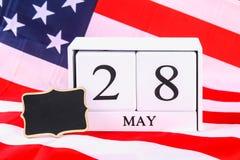 Konzept USA Memorial Day mit Kalender und roter Erinnerungsmohnblume auf amerikanischem Sternenbanner Flagge Lizenzfreie Stockfotos