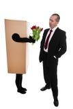 Konzept: verpacken Sie Lieferung, um Blumen zu einem Geschäftsmann zu übermitteln Stockbild