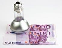 Konzept von 500 Eurorechnungen und von Glühlampe Stockbild