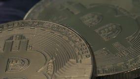 Konzept von Bitcoins und von Schlüsselwährung stock video footage