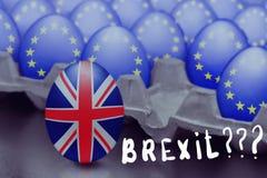 Konzept von Brexit wird von springendem Ei mit einer britischen Flagge aus dem Kasten mit Eiern mit der Flagge der Europäischen G lizenzfreies stockfoto