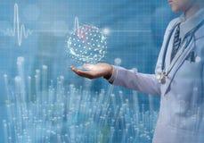 Konzept von Doktor global in der Hand halten mit Illustration ECG stockfotografie