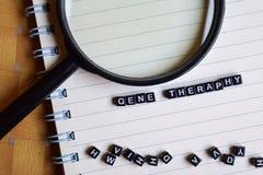 Konzept von Gene Theraphy-Wort auf hölzernen Würfeln mit Büchern im Hintergrund stockbilder