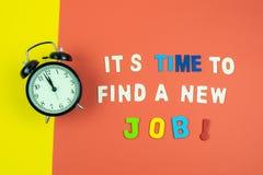 Konzept von ihm ` s Zeit, einen neuen Job auf buntem Hintergrund zu finden lizenzfreie stockfotografie