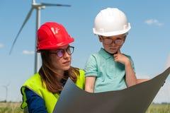 Konzept von Ingenieuren und von Windmühlen stockbilder