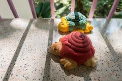 Konzept von konservieren, künstliche Schildkröten im Schattenkäfig Lizenzfreie Stockbilder