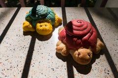 Konzept von konservieren, künstliche Schildkröten im Schattenkäfig Lizenzfreies Stockbild