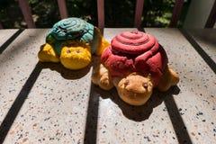 Konzept von konservieren, künstliche Schildkröten im Schattenkäfig Stockbilder