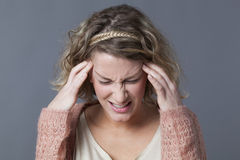 Konzept von Kopfschmerzen, von Verbitterung oder von Nervenzusammenbruch für junge Frau Stockfotografie
