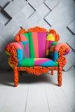 Konzept von Luxus und von Erfolg mit multi farbigem Samtlehnsessel, Chefplatz stockfotografie