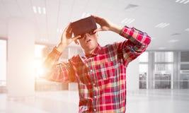 Konzept von modernen unterhaltsamen Technologien mit tragender Maske der virtuellen Realität des Mannes Stockfoto