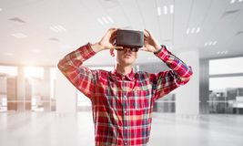 Konzept von modernen unterhaltsamen Technologien mit tragender Maske der virtuellen Realität des Mannes Stockbilder