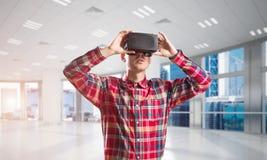 Konzept von modernen unterhaltsamen Technologien mit tragender Maske der virtuellen Realität des Mannes Stockbild
