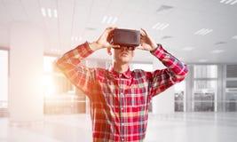 Konzept von modernen unterhaltsamen Technologien mit tragender Maske der virtuellen Realität des Mannes Lizenzfreie Stockfotografie