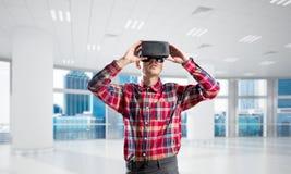 Konzept von modernen unterhaltsamen Technologien mit tragender Maske der virtuellen Realität des Mannes Lizenzfreie Stockbilder