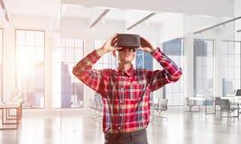 Konzept von modernen unterhaltsamen Technologien mit tragender Maske der virtuellen Realität des Mannes Lizenzfreie Stockfotos