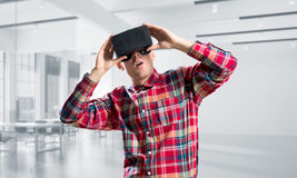 Konzept von modernen unterhaltsamen Technologien mit tragender Maske der virtuellen Realität des Mannes Lizenzfreies Stockbild