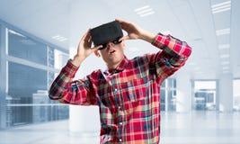 Konzept von modernen unterhaltsamen Technologien mit tragender Maske der virtuellen Realität des Mannes Stockfotografie